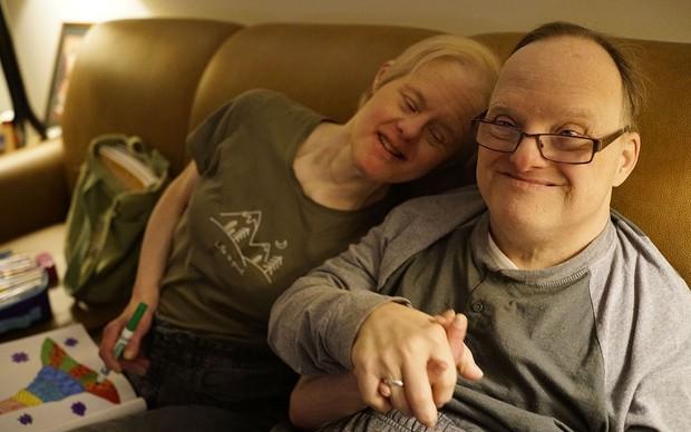 Chuyện tình cảm động của cặp đôi mắc hội chứng Down: Người tật nguyền cũng có hạnh phúc trọn vẹn, bất chấp sự phản đối của xã hội - Ảnh 2.