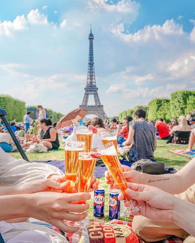 Trời quá nóng, chân tháp Eiffel biến thành… bể bơi khổng lồ, người dân và du khách kéo đến đông nghịt - Ảnh 2.