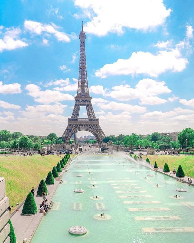 Trời quá nóng, chân tháp Eiffel biến thành… bể bơi khổng lồ, người dân và du khách kéo đến đông nghịt - Ảnh 3.
