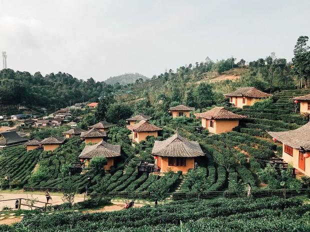 Đi 1 được 3: Ngôi làng nhỏ vừa thơ mộng như đồi chè Mộc Châu, vừa cổ kính như Phượng Hoàng Cổ Trấn mà lại ngay gần Việt Nam nè! - Ảnh 1.