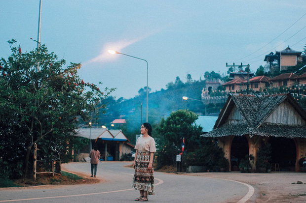 Đi 1 được 3: Ngôi làng nhỏ vừa thơ mộng như đồi chè Mộc Châu, vừa cổ kính như Phượng Hoàng Cổ Trấn mà lại ngay gần Việt Nam nè! - Ảnh 2.