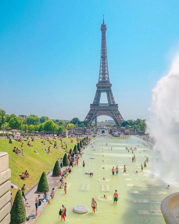 Trời quá nóng, chân tháp Eiffel biến thành… bể bơi khổng lồ, người dân và du khách kéo đến đông nghịt - Ảnh 9.
