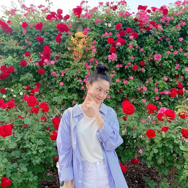 Nhìn loạt idol Hàn có ngay 12 công thức diện áo phông đi học xinh lung linh mà bạn nên bỏ túi để xài dần - Ảnh 11.