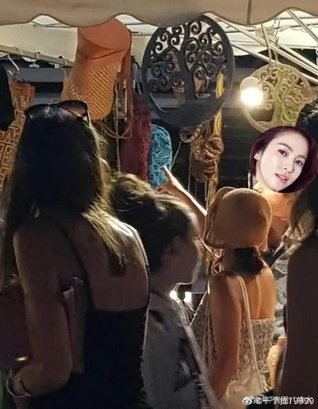 Lộ ảnh hiếm Song Hye Kyo hẹn hò ở chợ Cannes hậu ly hôn: Mặt mộc khiến du khách tại Pháp phải mê, biểu cảm gây chú ý - Ảnh 4.