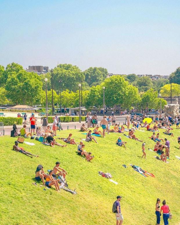 Trời quá nóng, chân tháp Eiffel biến thành… bể bơi khổng lồ, người dân và du khách kéo đến đông nghịt - Ảnh 8.