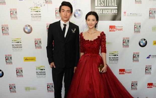 Mối tình dài nhất của Lâm Canh Tân đi tới hồi kết, Vương Lệ Khôn đăng loạt ảnh động chạm tình tứ với trai mới? - Ảnh 1.