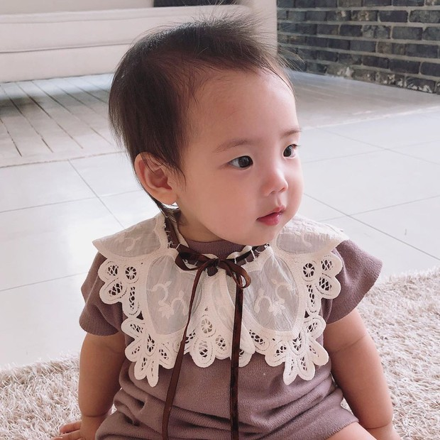 Con gái thứ hai của nữ thần Kpop thế hệ 1 Eugene và tài tử Ki Tae Young gây chú ý vì lộ mặt xinh như thiên thần - Ảnh 2.