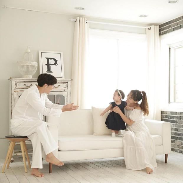 Con gái thứ hai của nữ thần Kpop thế hệ 1 Eugene và tài tử Ki Tae Young gây chú ý vì lộ mặt xinh như thiên thần - Ảnh 8.