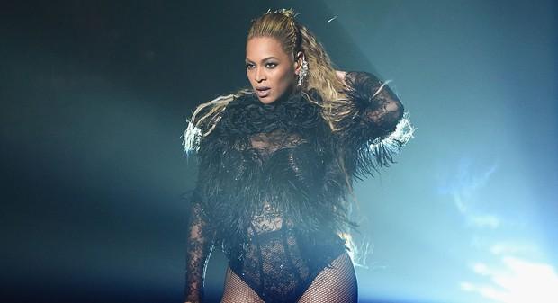 Top 10 màn trình diễn đỉnh nhất tại lễ trao giải VMAs: Ngay cả Taylor Swift, Lady Gaga cũng phải chào thua cái tên này - Ảnh 1.
