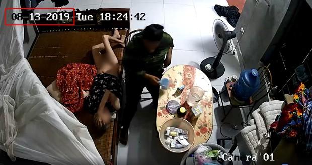 Phẫn nộ clip người giúp việc bóp miệng cụ bà nằm liệt giường để đổ sữa, đánh tát dã man như kẻ thù - Ảnh 3.
