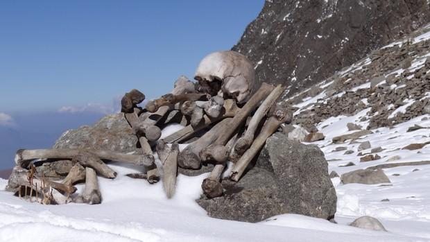 Bí ẩn rùng rợn của hồ nước cứ hè đến là hàng trăm bộ xương người lộ ra, khoa học chịu bó tay suốt hàng chục năm trời - Ảnh 2.