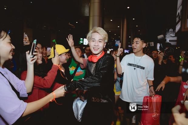 Sân bay Tân Sơn Nhất lại vừa vỡ trận khi fan của Jack và K-ICM đổ bộ lúc đêm khuya đón Idol trở về từ Hàn Quốc - Ảnh 2.
