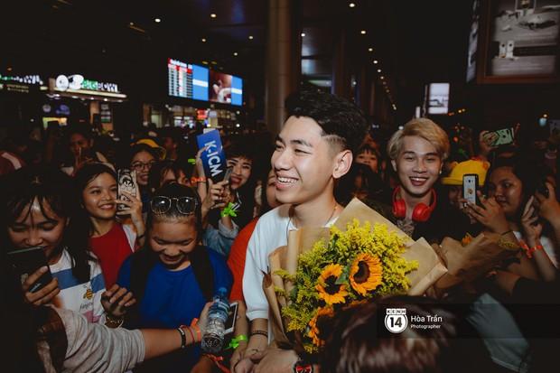 Sân bay Tân Sơn Nhất lại vừa vỡ trận khi fan của Jack và K-ICM đổ bộ lúc đêm khuya đón Idol trở về từ Hàn Quốc - Ảnh 7.