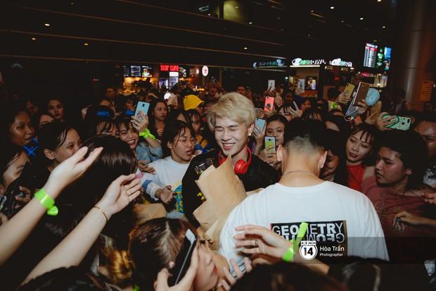 Sân bay Tân Sơn Nhất lại vừa vỡ trận khi fan của Jack và K-ICM đổ bộ lúc đêm khuya đón Idol trở về từ Hàn Quốc - Ảnh 11.