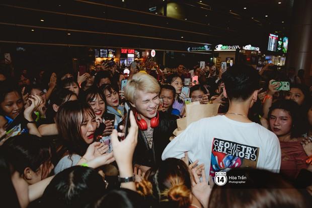 Sân bay Tân Sơn Nhất lại vừa vỡ trận khi fan của Jack và K-ICM đổ bộ lúc đêm khuya đón Idol trở về từ Hàn Quốc - Ảnh 12.