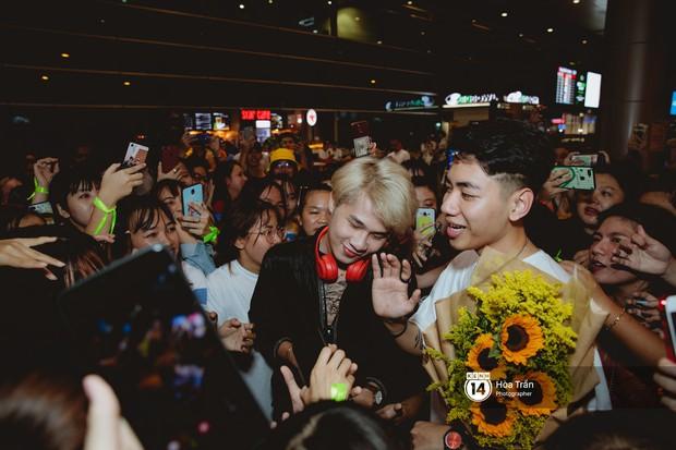 Sân bay Tân Sơn Nhất lại vừa vỡ trận khi fan của Jack và K-ICM đổ bộ lúc đêm khuya đón Idol trở về từ Hàn Quốc - Ảnh 13.