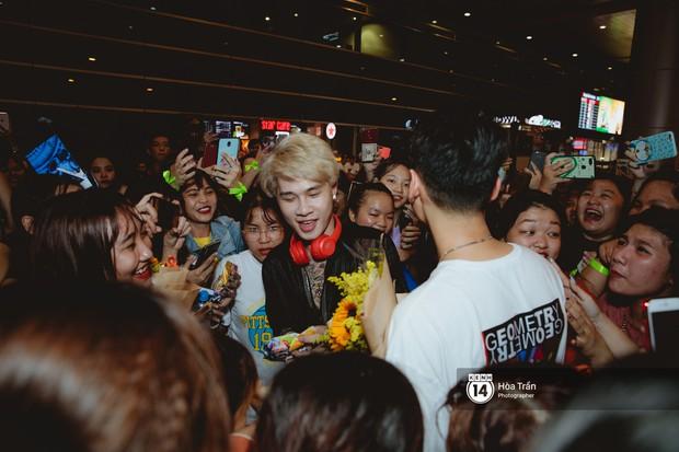 Sân bay Tân Sơn Nhất lại vừa vỡ trận khi fan của Jack và K-ICM đổ bộ lúc đêm khuya đón Idol trở về từ Hàn Quốc - Ảnh 15.