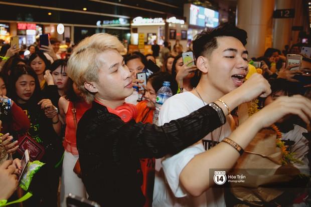 Sân bay Tân Sơn Nhất lại vừa vỡ trận khi fan của Jack và K-ICM đổ bộ lúc đêm khuya đón Idol trở về từ Hàn Quốc - Ảnh 18.