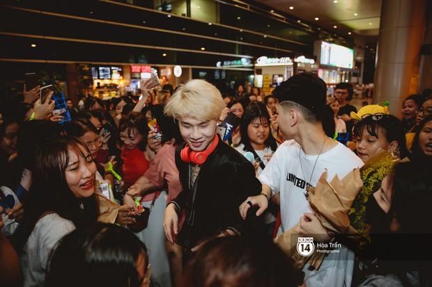 Sân bay Tân Sơn Nhất lại vừa vỡ trận khi fan của Jack và K-ICM đổ bộ lúc đêm khuya đón Idol trở về từ Hàn Quốc - Ảnh 19.