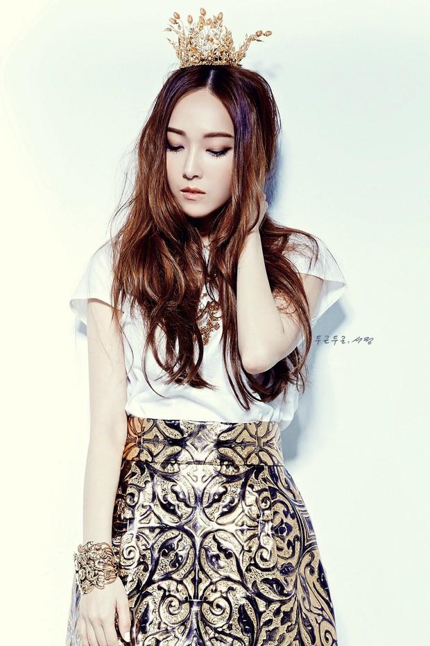 Người cô độc nhất SM chính là Krystal: chị gái Jessica, thành viên f(x) đều rời công ty; phải chứng kiến người anh Jonghyun và bạn thân Sulli ra đi mãi mãi - Ảnh 2.