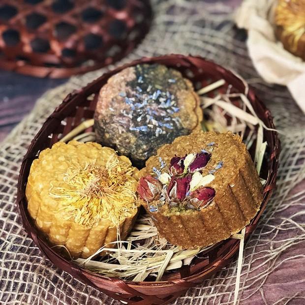 Bánh Trung thu Healthy thân thiện với sức khỏe nhưng giá thành thì không thân thiện lắm, có bánh lên tới 350 nghìn/cái - Ảnh 1.