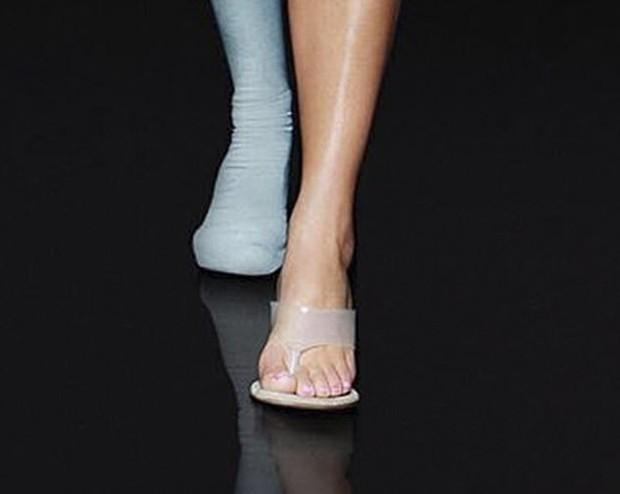 Chị em Kim Kardashian và Kylie mặc đồ bó sát khoe body đồng hồ cát vạn người mê, nhưng lại mắc lỗi photoshop khó đỡ thế này? - Ảnh 2.
