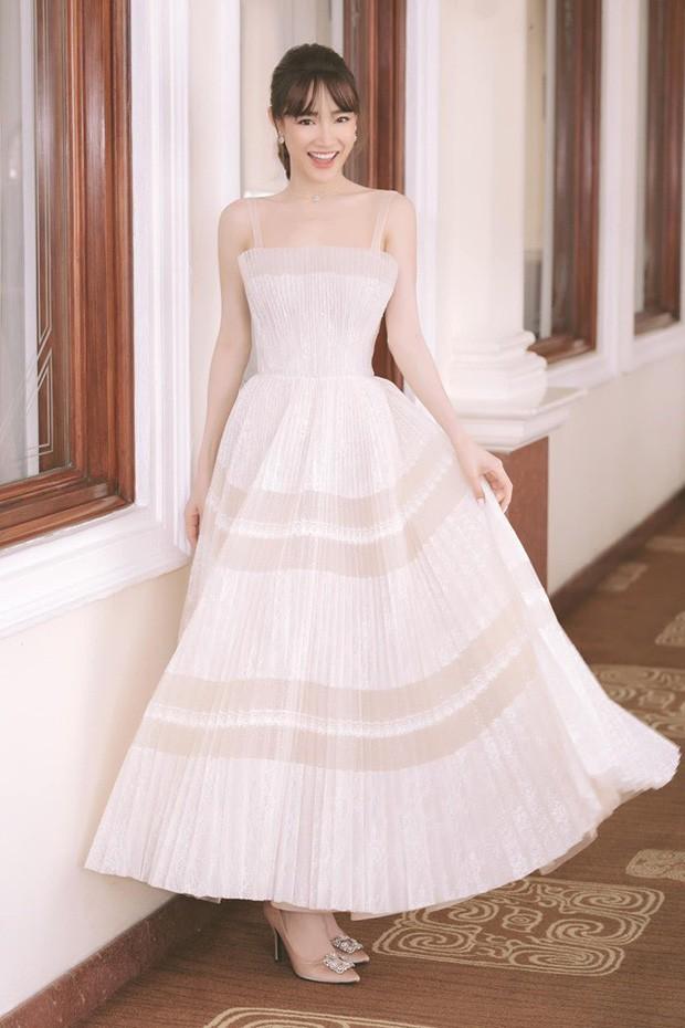 Nhã Phương đẹp tuyệt trần trong sắc trắng tinh khôi, nhưng sao chiếc đầm lại hao hao váy cưới của Đàm Thu Trang thế này? - Ảnh 1.