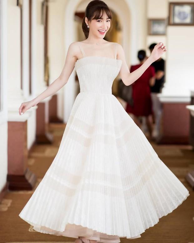 Nhã Phương đẹp tuyệt trần trong sắc trắng tinh khôi, nhưng sao chiếc đầm lại hao hao váy cưới của Đàm Thu Trang thế này? - Ảnh 2.