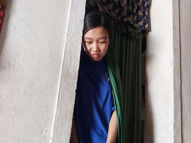 Nữ sinh ĐH Dược ngã quỵ bên quan tài bố, dang dở việc học vì mẹ ung thư - Ảnh 2.