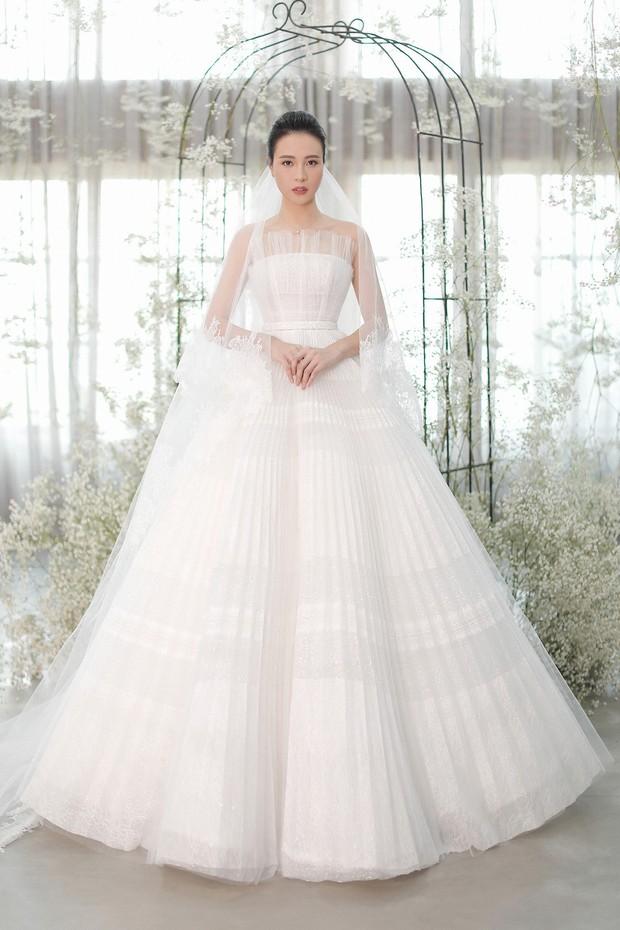 Nhã Phương đẹp tuyệt trần trong sắc trắng tinh khôi, nhưng sao chiếc đầm lại hao hao váy cưới của Đàm Thu Trang thế này? - Ảnh 3.