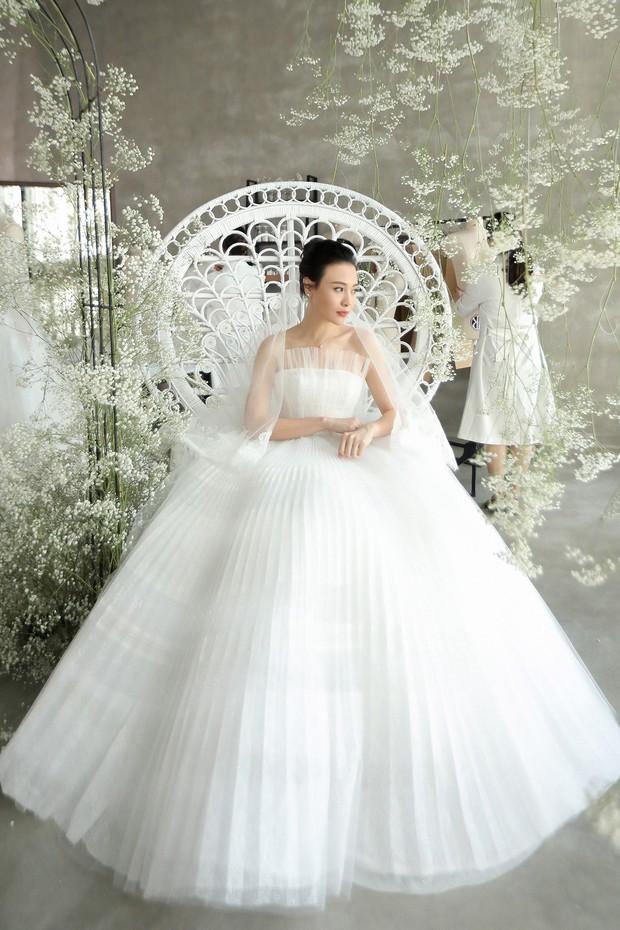 Nhã Phương đẹp tuyệt trần trong sắc trắng tinh khôi, nhưng sao chiếc đầm lại hao hao váy cưới của Đàm Thu Trang thế này? - Ảnh 4.