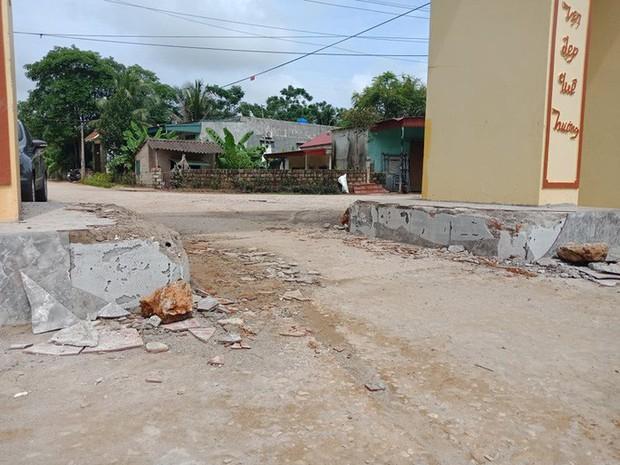 Dân đánh trống báo động, vây hơn 20 côn đồ xăm trổ tới đập phá cổng làng  - Ảnh 4.
