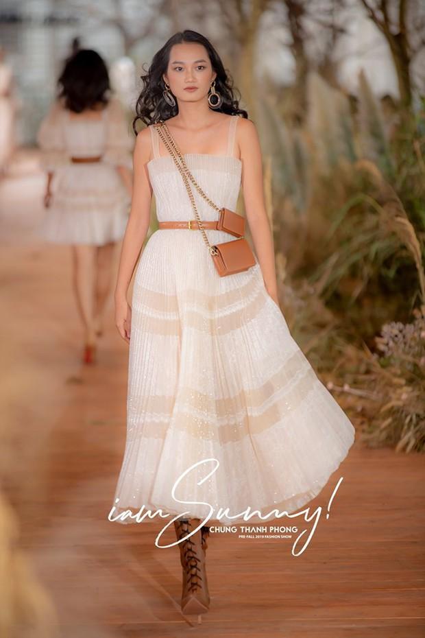 Nhã Phương đẹp tuyệt trần trong sắc trắng tinh khôi, nhưng sao chiếc đầm lại hao hao váy cưới của Đàm Thu Trang thế này? - Ảnh 5.
