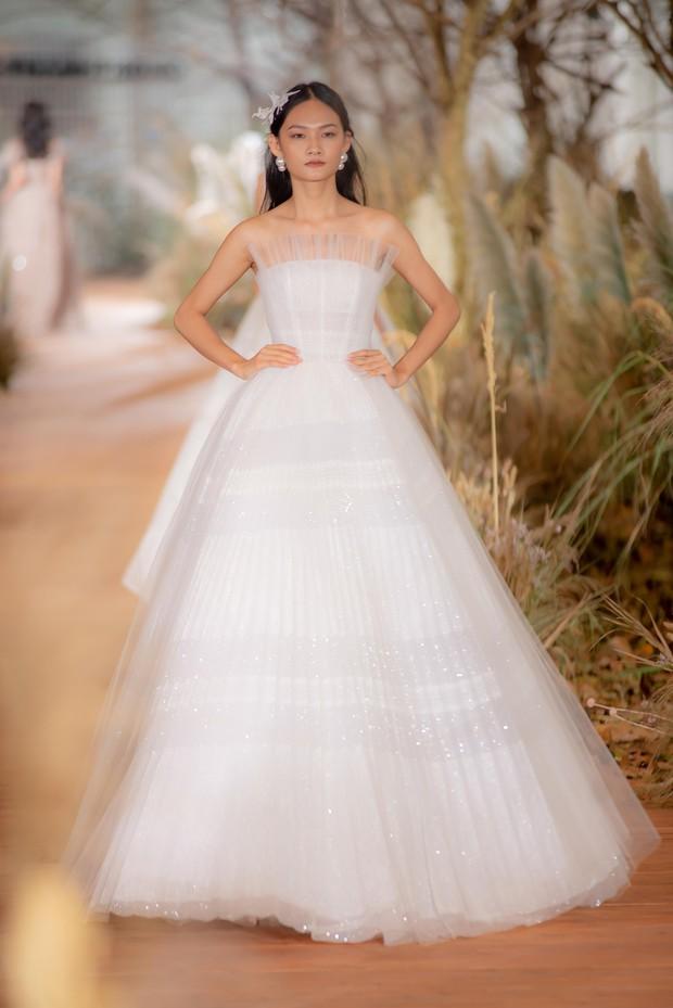 Nhã Phương đẹp tuyệt trần trong sắc trắng tinh khôi, nhưng sao chiếc đầm lại hao hao váy cưới của Đàm Thu Trang thế này? - Ảnh 6.