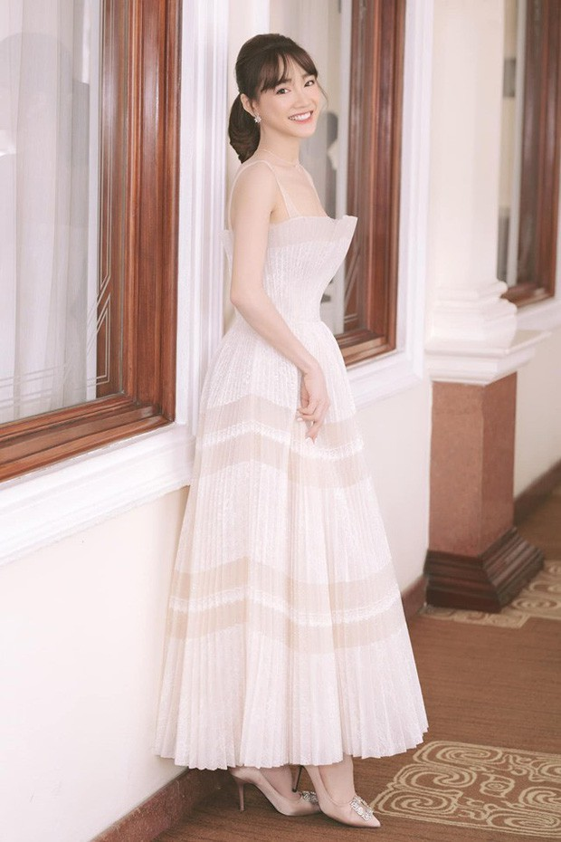 Nhã Phương đẹp tuyệt trần trong sắc trắng tinh khôi, nhưng sao chiếc đầm lại hao hao váy cưới của Đàm Thu Trang thế này? - Ảnh 7.