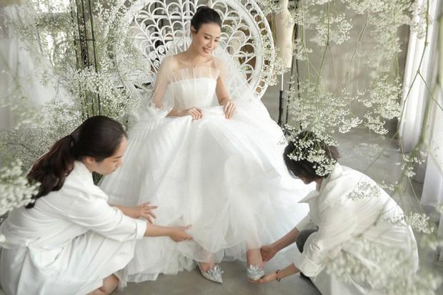 Nhã Phương đẹp tuyệt trần trong sắc trắng tinh khôi, nhưng sao chiếc đầm lại hao hao váy cưới của Đàm Thu Trang thế này? - Ảnh 8.