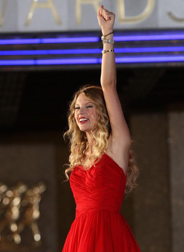 Top 10 màn trình diễn đỉnh nhất tại lễ trao giải VMAs: Ngay cả Taylor Swift, Lady Gaga cũng phải chào thua cái tên này - Ảnh 7.