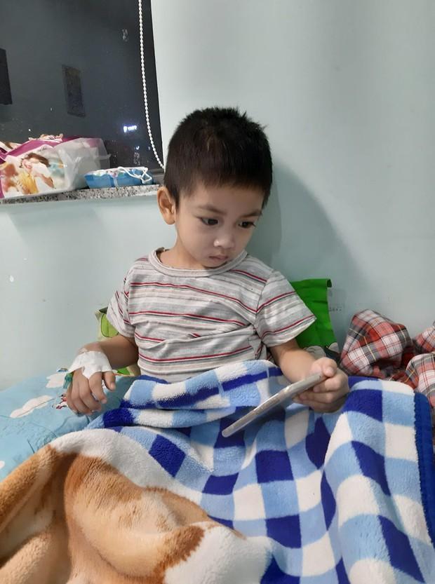 Ông bố cạo đầu để cùng con 3 tuổi chiến đấu ung thư: Bố phải làm sao để con trở lại, chạy theo chơi bóng với bố mỗi ngày... - Ảnh 7.