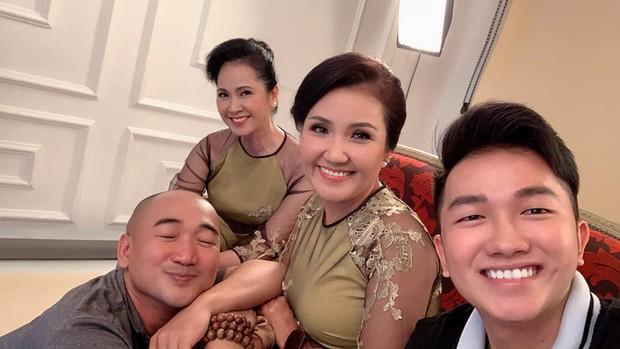 Hình ảnh gây chú ý: 2 mẹ chồng quốc dân NSND Lan Hương và Ngân Quỳnh chung khung hình, khoe vẻ đẹp một chín một mười - Ảnh 2.
