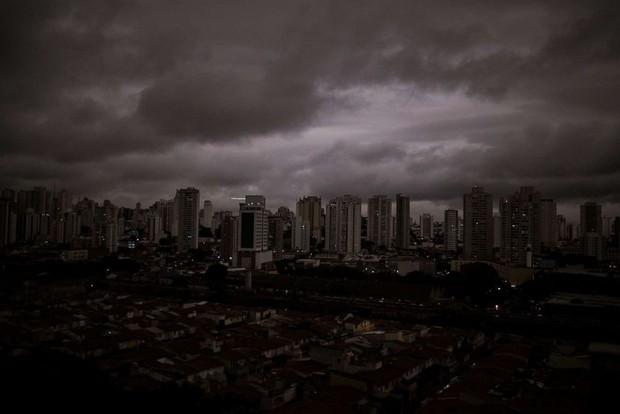 Loạt ảnh gây sốc về rừng Amazon bùng cháy với tốc độ kỷ lục: Khói có thể nhìn thấy từ ngoài không gian, các thành phố bị bao phủ mù mịt như tận thế - Ảnh 9.