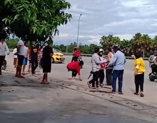 Clip: Nhóm nữ sinh đánh hội đồng thiếu nữ giữa đường phố, cầm gậy vụt vào người nhau như giang hồ - Ảnh 2.