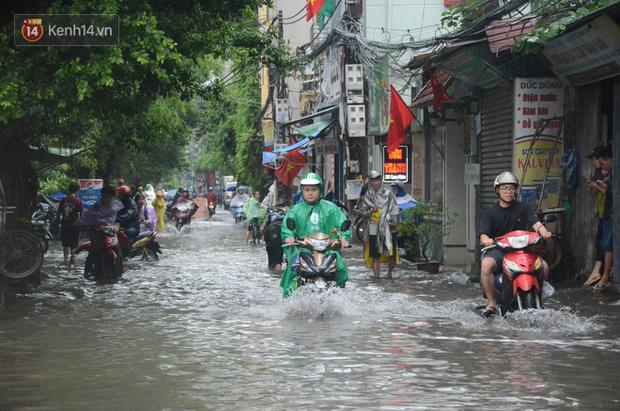 Hà Nội: Nhiều tuyến phố ngập sâu sau mưa lớn, người dân vất vả di chuyển, đẩy xe chết máy cả cây số - Ảnh 6.