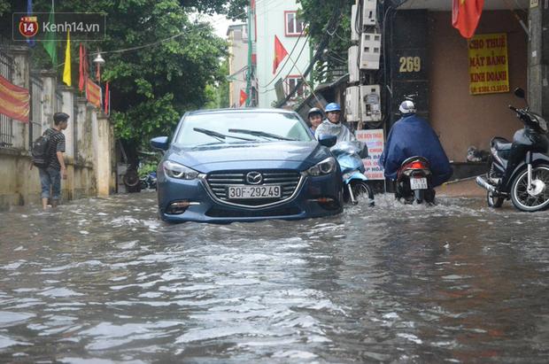 Hà Nội: Nhiều tuyến phố ngập sâu sau mưa lớn, người dân vất vả di chuyển, đẩy xe chết máy cả cây số - Ảnh 8.
