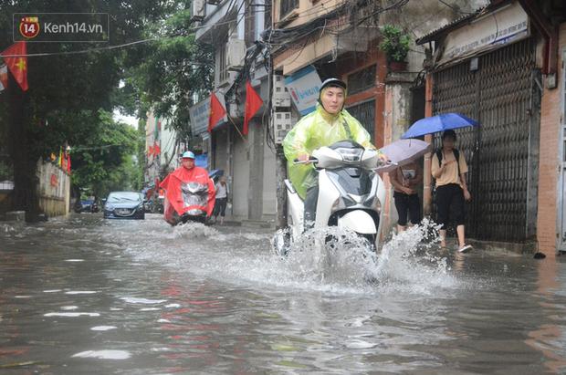 Hà Nội: Nhiều tuyến phố ngập sâu sau mưa lớn, người dân vất vả di chuyển, đẩy xe chết máy cả cây số - Ảnh 7.
