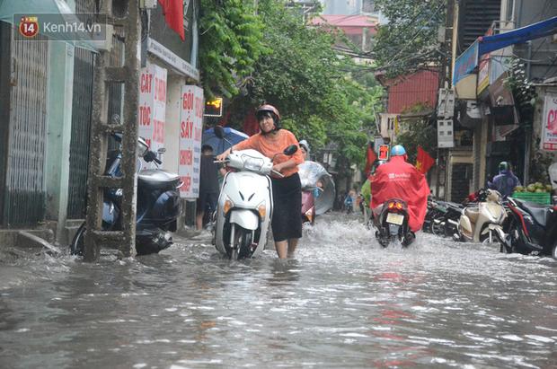 Hà Nội: Nhiều tuyến phố ngập sâu sau mưa lớn, người dân vất vả di chuyển, đẩy xe chết máy cả cây số - Ảnh 9.