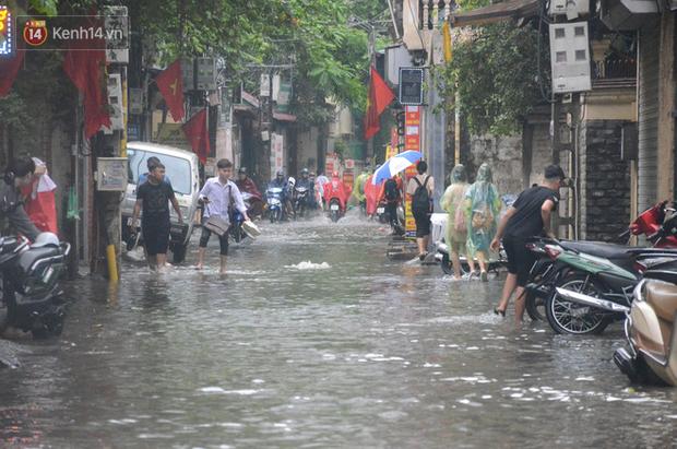 Hà Nội: Nhiều tuyến phố ngập sâu sau mưa lớn, người dân vất vả di chuyển, đẩy xe chết máy cả cây số - Ảnh 10.