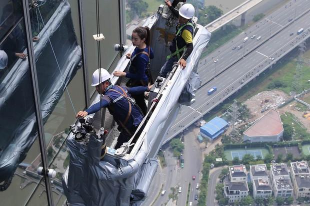 Cuộc đua kỳ thú: Minh Triệu, Lệ Hằng ôm mặt trên tòa nhà cao nhất Đông Nam Á - Ảnh 4.
