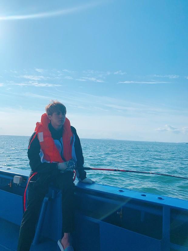 """Đã lâu rồi fan mới thấy BTS có kỳ nghỉ """"healthy và balance"""" đến vậy, bất ngờ nhất là phát hiện ra năng khiếu mới của Jin - Ảnh 10."""