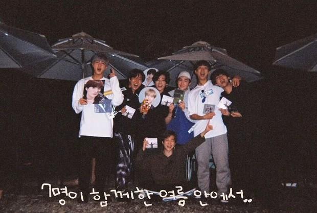 """Đã lâu rồi fan mới thấy BTS có kỳ nghỉ """"healthy và balance"""" đến vậy, bất ngờ nhất là phát hiện ra năng khiếu mới của Jin - Ảnh 11."""