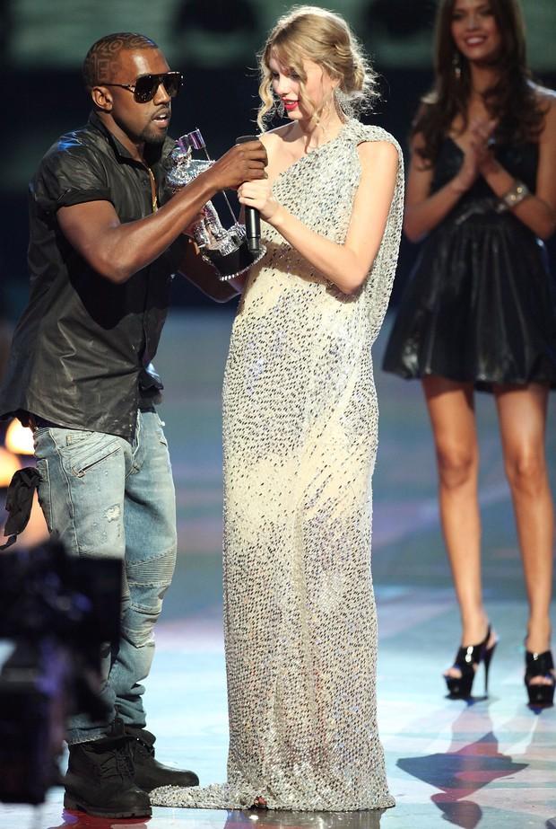 VMAs chính là lễ trao giải điên rồ nhất thế giới: Nụ hôn đồng tính của Britney, ca sĩ mặc váy thịt bò, chỉ trích trên sóng trực tiếp và chửi nhau ngay hậu trường - Ảnh 5.
